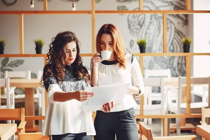Mujeres ingenieras trabajando en equipo
