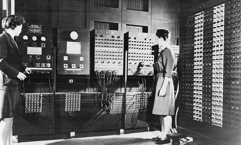 Betty Jean Jennings [izquierda] y Frances Bilas operan el panel de control principal de ENIAC.