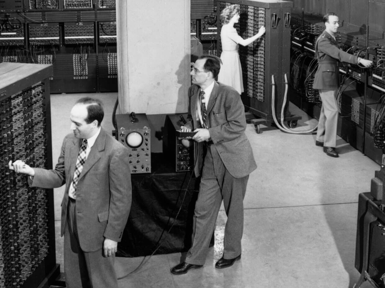 J. Presper Eckert, John Mauchley, Betty Jean Jennings y Herman Goldstine frente a ENIAC.