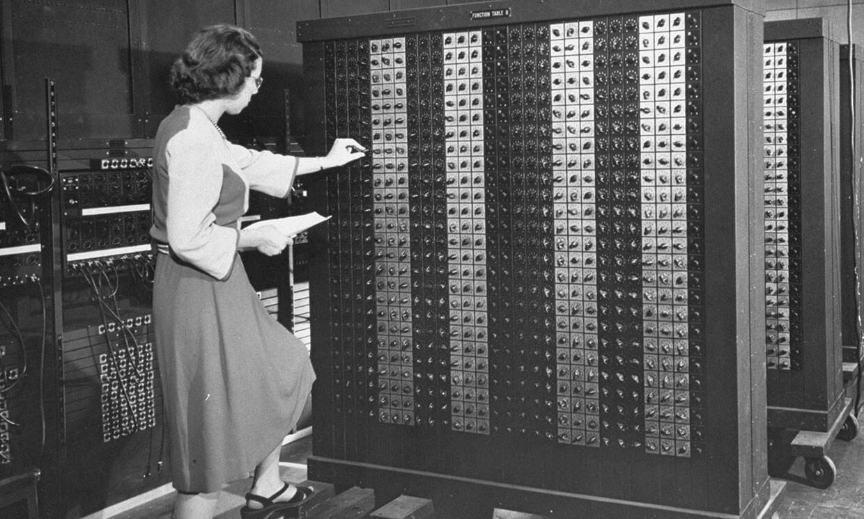 "Elizabeth ""Betty"" Snyder trabajando en ENIAC."