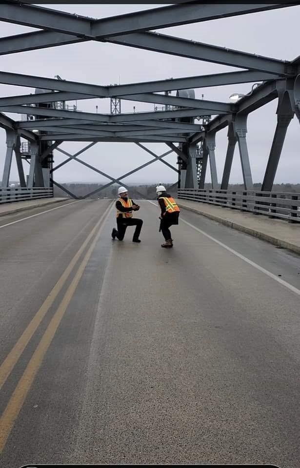 Ingeniero civil le pide matrimonio a su novia ingeniera civil