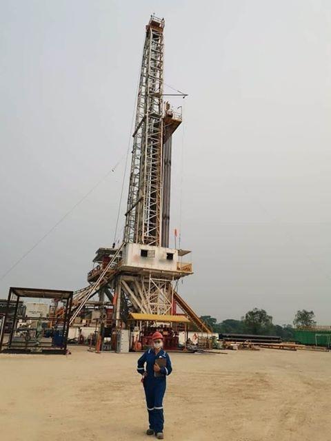Ingeniera Petrolera Mexicana trabajando en campo