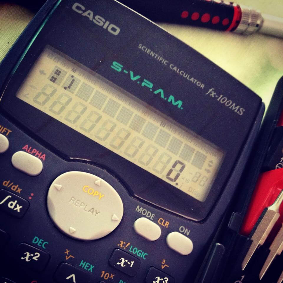 Calculadora sonriente reparada por una ingeniera