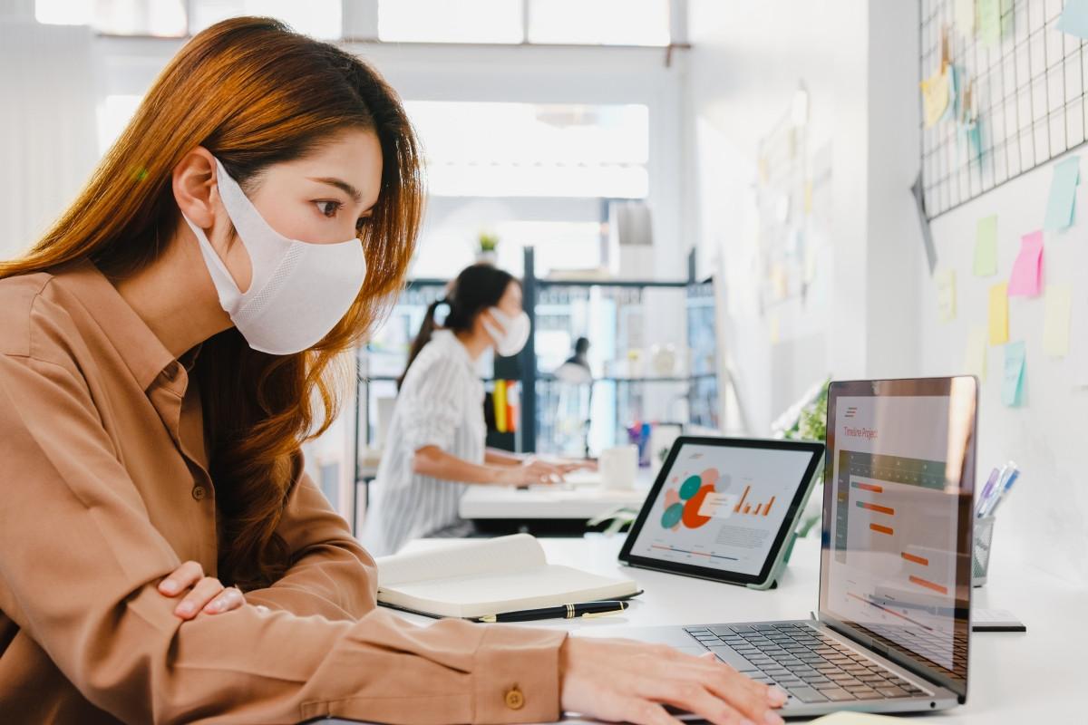 Mujer ingeniera residente en pandemia